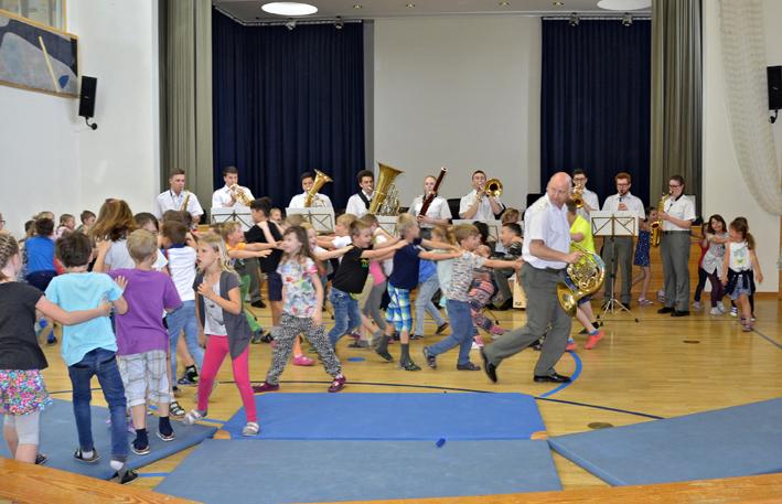 22 Militärmusik in der Volksschule.jpg